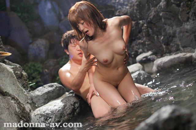 小森愛 温泉 背面座位